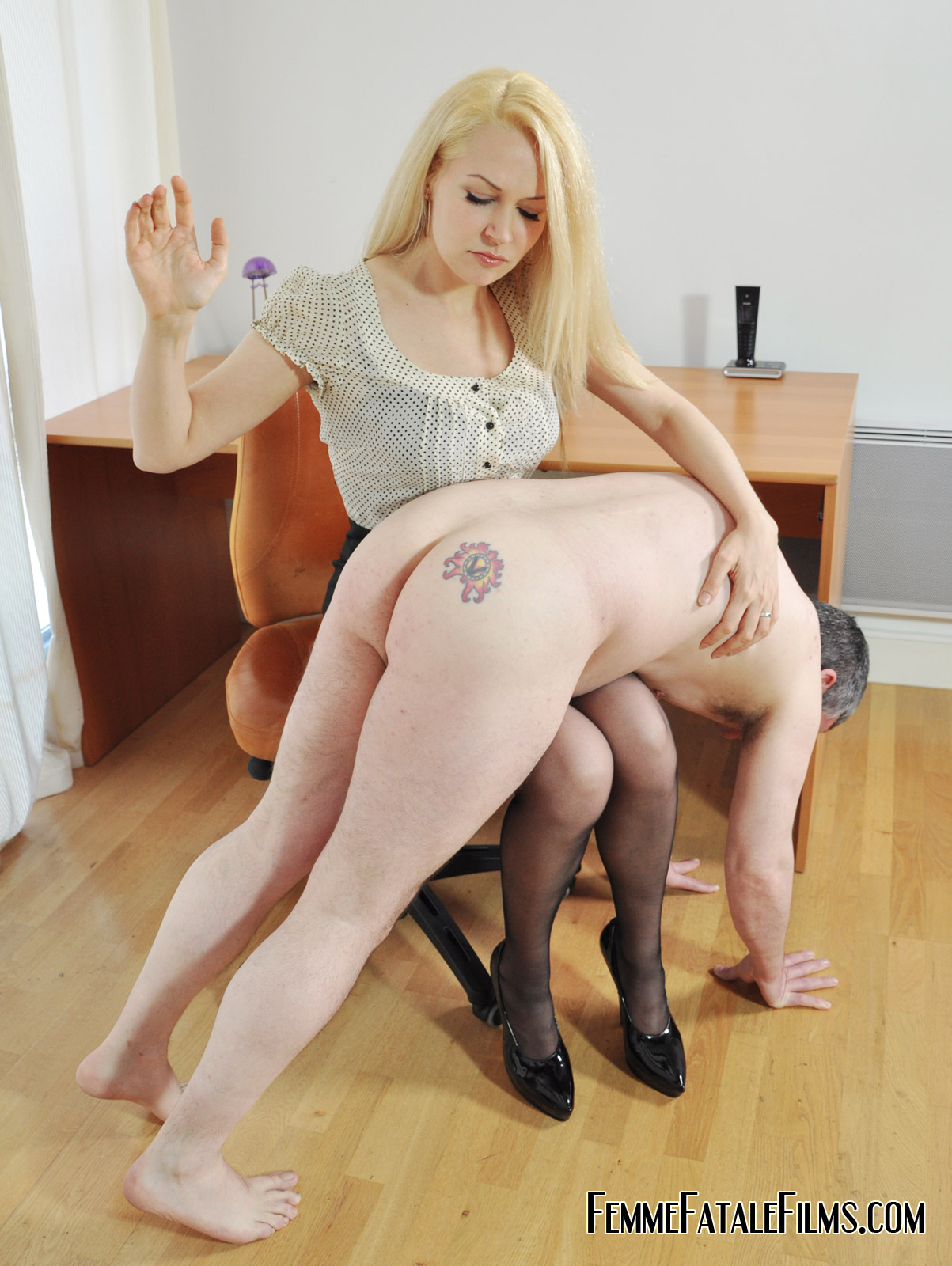 Mature upskirt screw