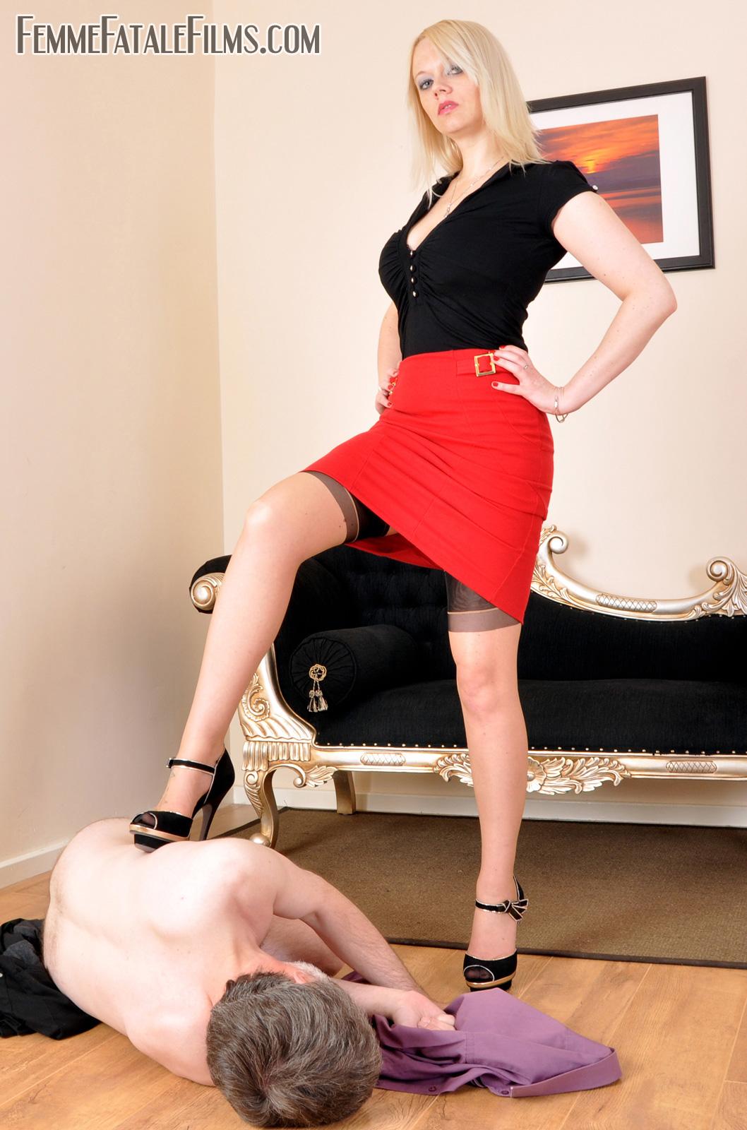 Моют ноги госпоже видео лизать